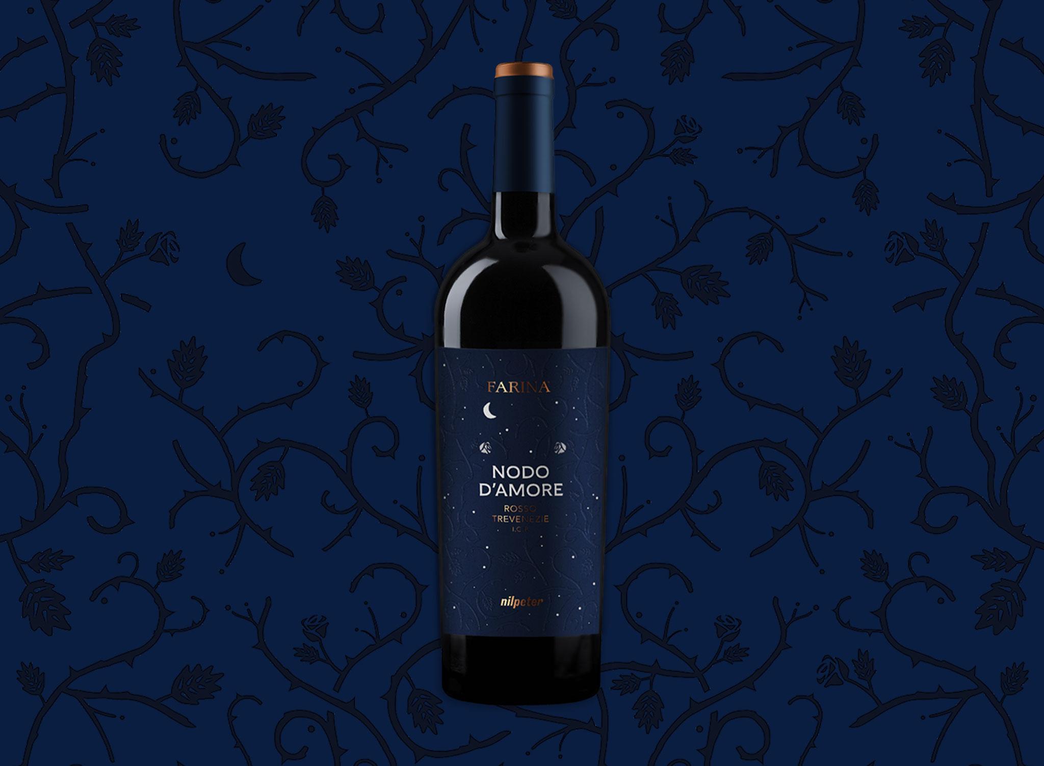 Bottiglia con etichetta blu su sfondo scuro ispirata a Romeo e Giulietta